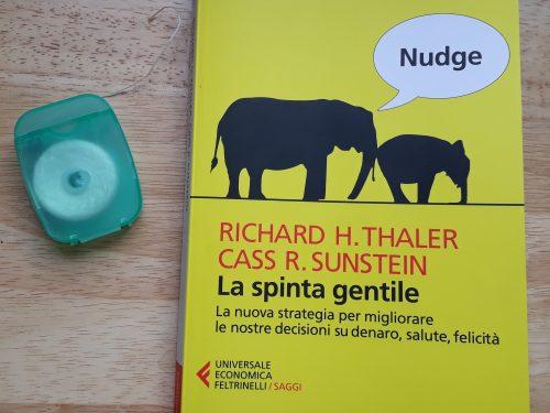 """""""Nudge. La spinta gentile"""" come spingere le persone a decidere per il proprio bene di Thaler & Sunstein"""